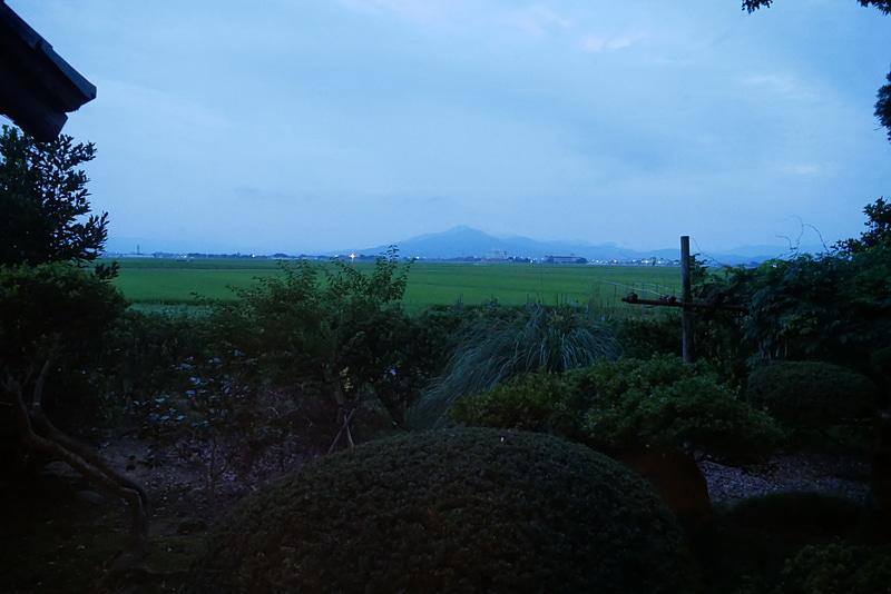 窓からは、周囲の田んぼや山など、すばらしい環境が目に飛び込んでくる
