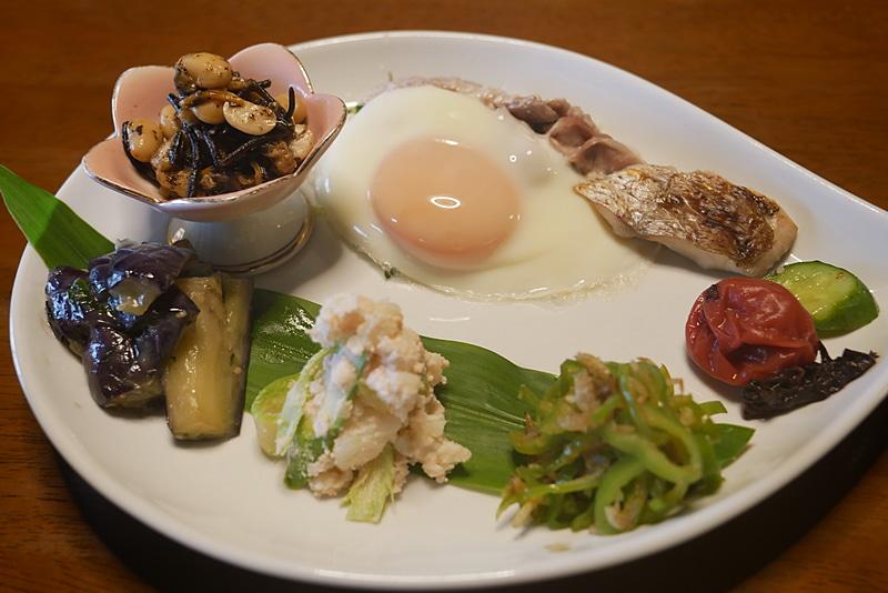 朝食も、小野寺農園で育てている野菜などを中心とした郷土料理だ