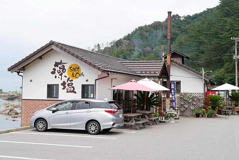 新潟県北部の村上市にある「笹川流れ塩工房」。目の前の日本海から汲んだ海水を使い、手作りで塩を作っている