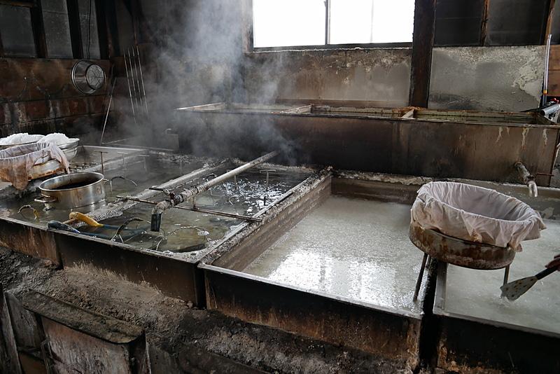 薪で海水を15時間以上煮詰めて塩を手作りしている