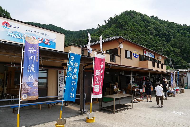 桑川漁港には遊覧船だけでなくお土産屋もあり、地元産の魚介類が売られている
