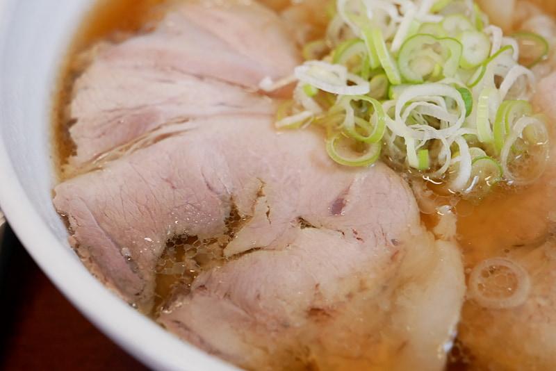 透き通ったスープはかなりあっさりとしているが、魚介のコクが強く、見た目以上にパンチがある