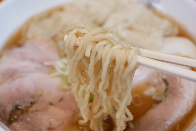 麺は手もみでちぢれており、スープによく絡む。手打ちにこだわっているそうで、もちもちとした食感でとても美味しい