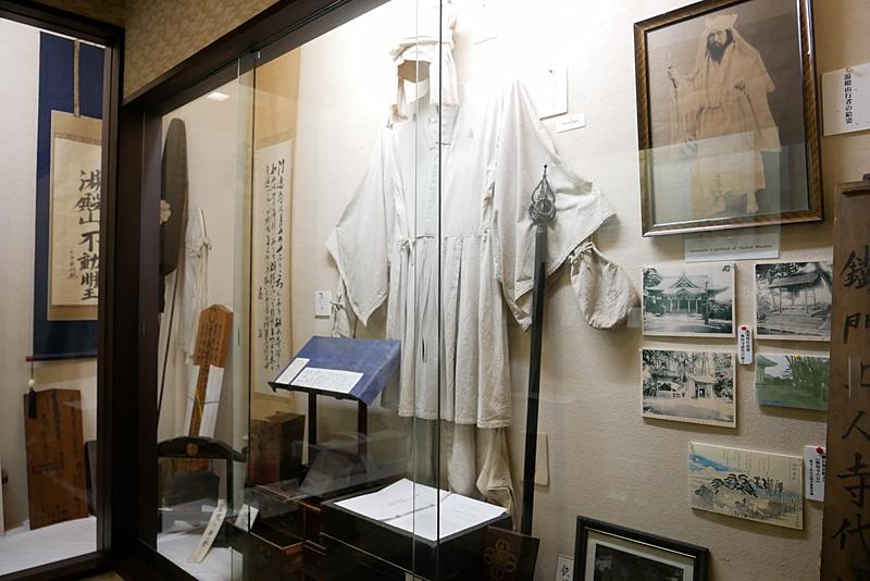 即仏堂内部には、出羽三山の山伏文化を伝える品が数多く展示されている
