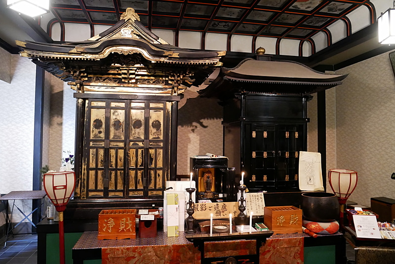 2体の即身仏が祭られているお寺は、ここ海向寺だけ。案内員の流ちょうな解説と合わせて、怖がらずにぜひお詣りしてほしい(許可を得て撮影しています)