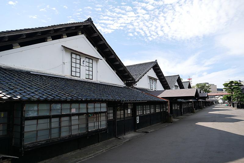 全部で12棟の重厚な米倉庫が並んでおり、現在でも9棟が実際に米倉庫として利用されているという