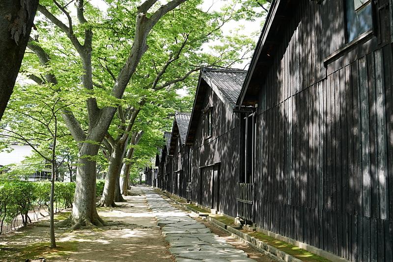 おしんなど、テレビドラマや映画のロケ地としても広く利用されている。雪が舞っていると、より雰囲気があるかもしれないが、木漏れ日と黒光りする山居倉庫とのコントラストも非常に美しく趣がある