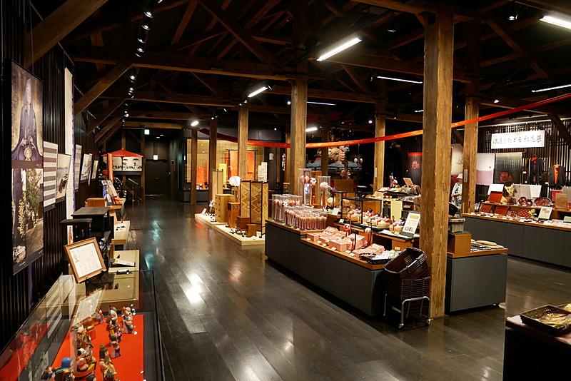 イベントスペースでは、定期的に伝統工芸品などの展示販売を行なっている