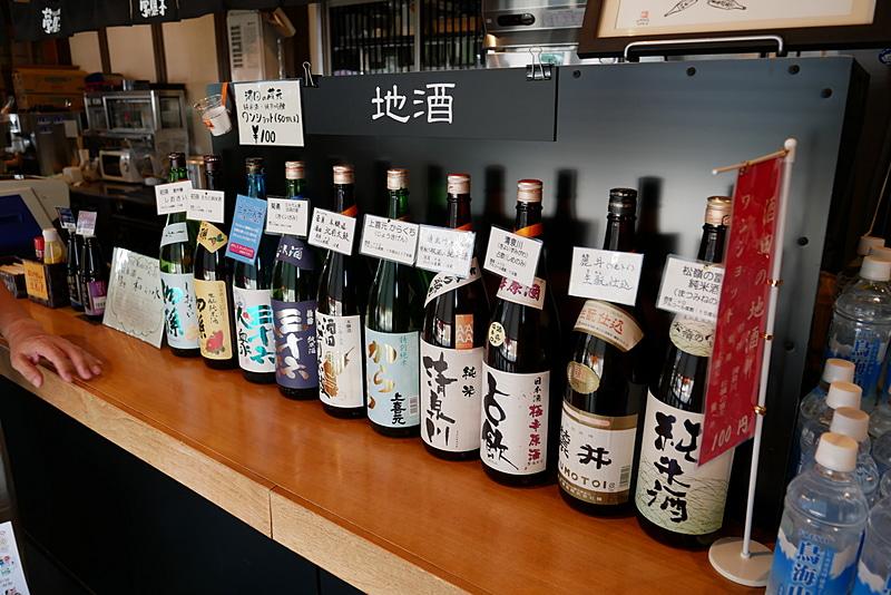地酒コーナーでは、ワンショット100円で好きな地酒を味わえる