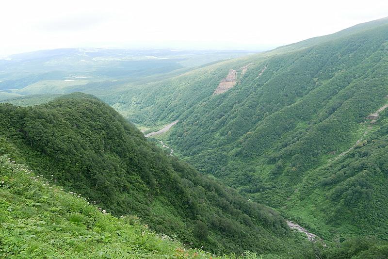 鉾立山荘の横を抜けた先の展望台からは、V字に切り立った谷と、鳥海山の荒々しい姿を目の当たりにできる