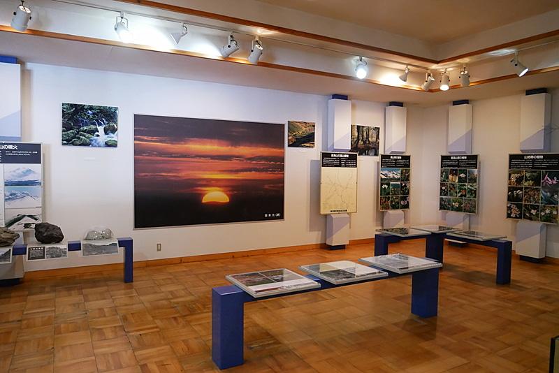 鉾立ビジターセンターには、鳥海山の歴史や自然を学べる資料が展示されている