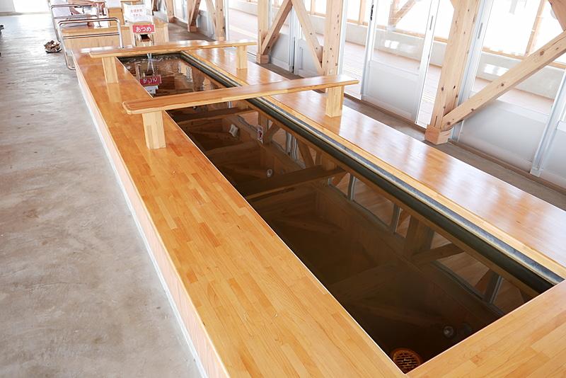 足湯は温度の違う複数の湯槽が用意されている。無料で楽しめるのもうれしい