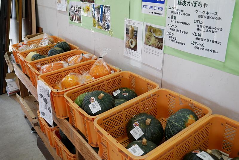 周辺の農家が、毎日取れたての野菜を販売。新鮮さはもちろん、安さも大きな魅力だ