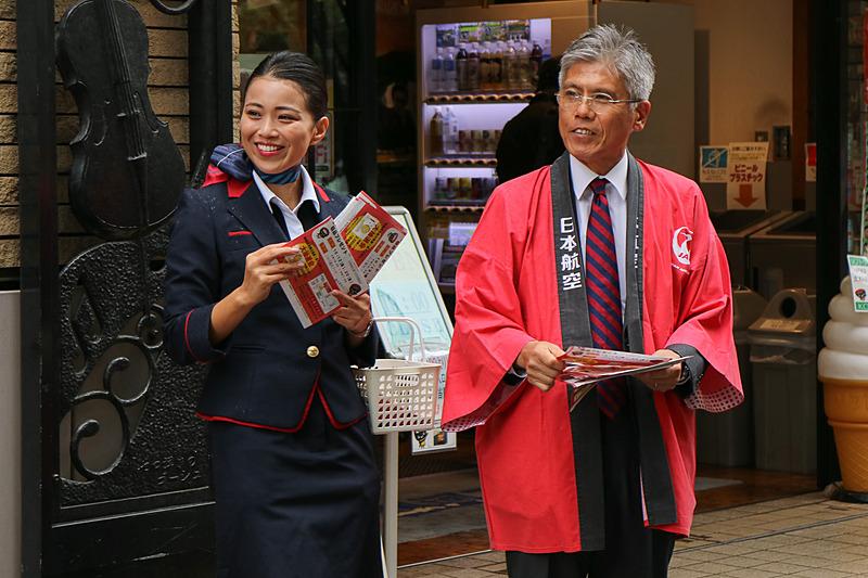 チラシを配る日本航空株式会社 代表取締役副社長 藤田直志氏(右)と、岩手県北上市出身のCA(客室乗務員)八重樫舞氏(左)