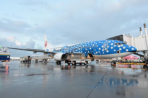 機内でVRゴーグルの配布も。機内Wi-FiでVRコンテンツが楽しめる「新ジンベエジェット」初便に乗ってみた 小雨がパラつくなか、ボーイング 737-800型機の特別塗装機「新ジンベエジェット」初便が就航した