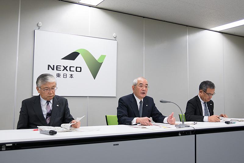NEXCO東日本が2017年10月の定例会見を実施。東日本高速道路株式会社 代表取締役社長 廣瀨博氏(中央)のほか、同取締役兼専務執行役員 管理事業本部長 遠藤元一氏(左)、取締役兼常務執行役員 サービスエリア事業本部長 萩原隆一氏(右)が出席した