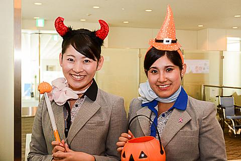 ANA、羽田空港で仮装も楽しめるハロウィンイベントを10月31日実施 スタッフも仮装してハロウィンイベントを盛り上げる(写真は2015年)