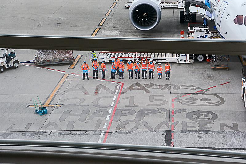搭乗口に用意された子供用のパイロット、CAの制服と、機体まわりに描かれた水絵の様子(写真は2015年)