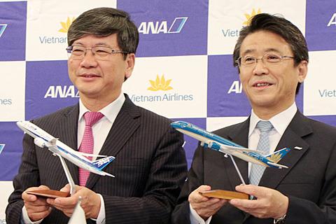 ANAとベトナム航空が提携強化。マイル積算対象便やコードシェアを拡大 ANAとベトナム航空の提携を強化。写真は2016年5月の提携発表会見より