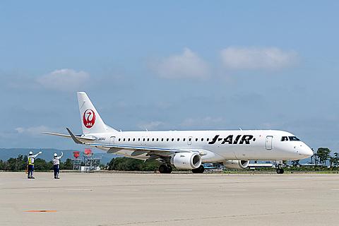 JAL、伊丹~函館線にクラスJシートやAC電源搭載のエンブラエル 190型機導入 JALの伊丹~函館線にエンブラエル 190型機が10月29日就航