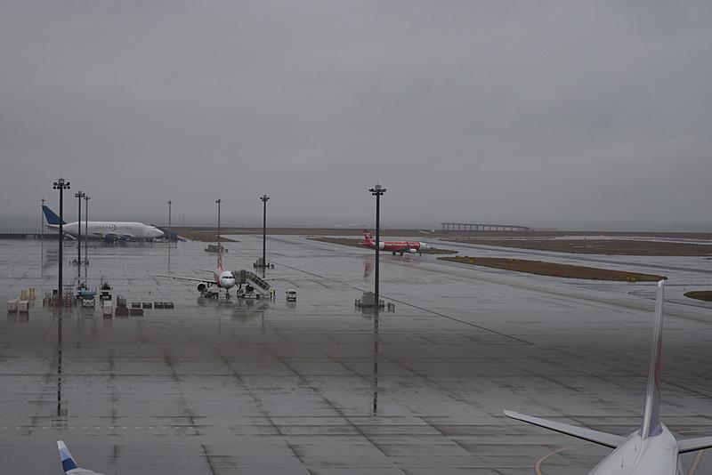 B3誘導路より滑走路(36)へ。駐機スポットには、もう1台のエアアジア・ジャパン機と、ボーイング 747 LCF ドリームリフターが見える