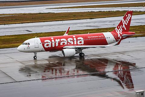 セントレアから新千歳へエアアジア初便がテイクオフ。直前に雨がやみ、追いかけるようにドリームリフターも離陸 エアアジア・ジャパンの初便(DJ1便)。出発が遅れたが、遅れたことによって天候が急速に回復し、雨がほとんどやんだ