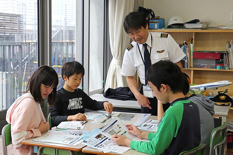 グループワークでパイロットと航空管制官の役割に分かれて交信を体験