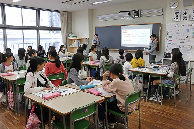 「キャビンアテンダント」のお仕事体験には女子生徒の参加が多かった