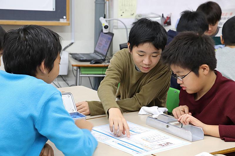 講師のアドバイスやワークブックを参考にグループで協力しながら進める