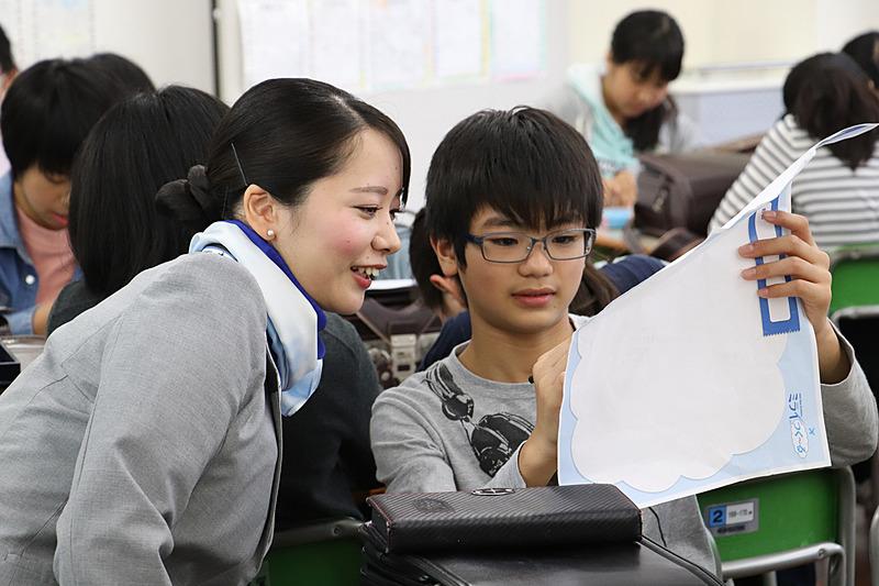 グループワークには、講師が教室をまわり積極的にアドバイス