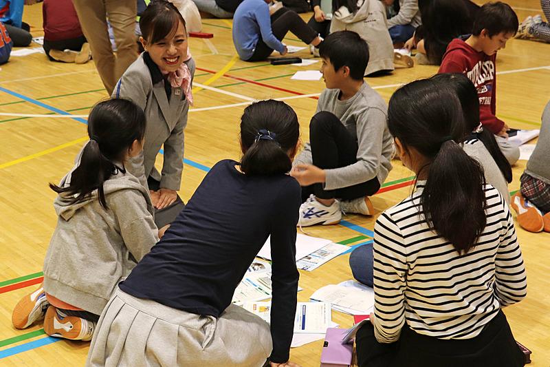 グループでのシェアリングには講師たちも参加。明るい雰囲気の中で実施された