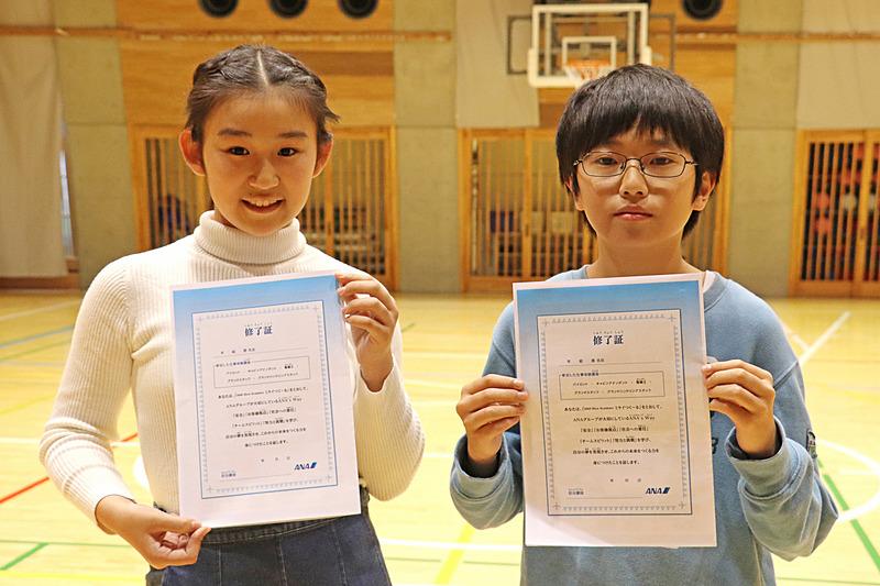 グランドスタッフを体験した満尾明花里さん(左)と松岡玲央さん(右)