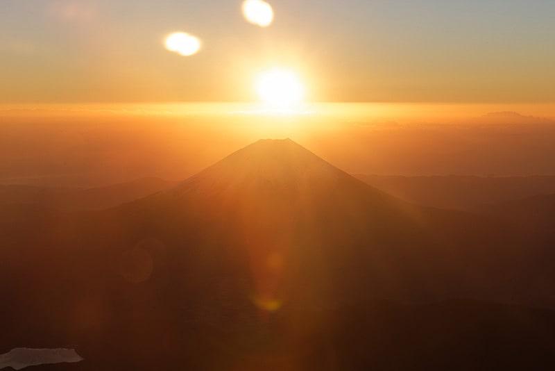 JALは2018年1月1日に初日の出や初富士を空の上から楽しむチャーターフライト「2018 初日の出 初富士フライト」を運航する(写真は2017年1月1日実施時のもの)