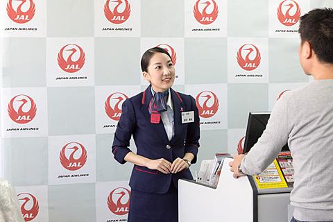 伊丹と関空の間違い客対応など、JAL グランドスタッフの接客スキルを確認 コンテストはグランドスタッフの業務であるアナウンスとカウンターにおけるチェックイン対応スキルを審査する