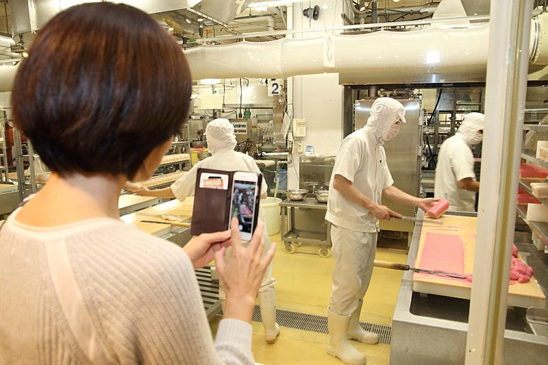 工場見学でガラス越しでかまぼこ職人たちの技を間近で見られる