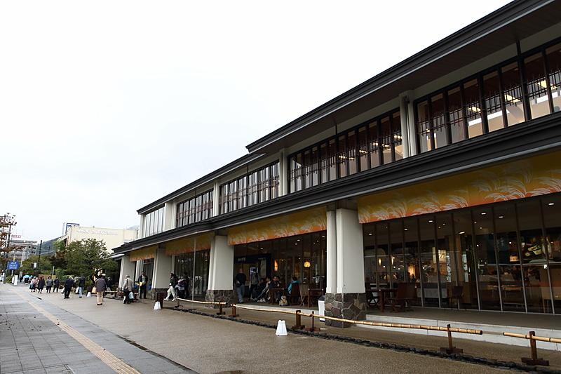 国道1号沿いに隣接する鈴廣さんの施設「鈴廣 かまぼこの里」。小田原~厚木道路、西湘バイパス、箱根新道、さらに箱根ターンパイクなどの道路からのアクセスもよく、立ち寄りやすい