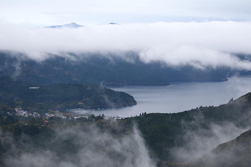 """箱根ターンパイクのドライブを楽しみながら大観山に向かう。すると雨上がりの山頂で視界に入ったのは生まれたての雲の流れだった。思わずクルマを停め、眼下に広がる山々と芦ノ湖、流れる雲を眺めていた。""""今""""しか見れない、切り取ることのできない風景を思うがままに楽しめるのもドライブ旅の魅力"""