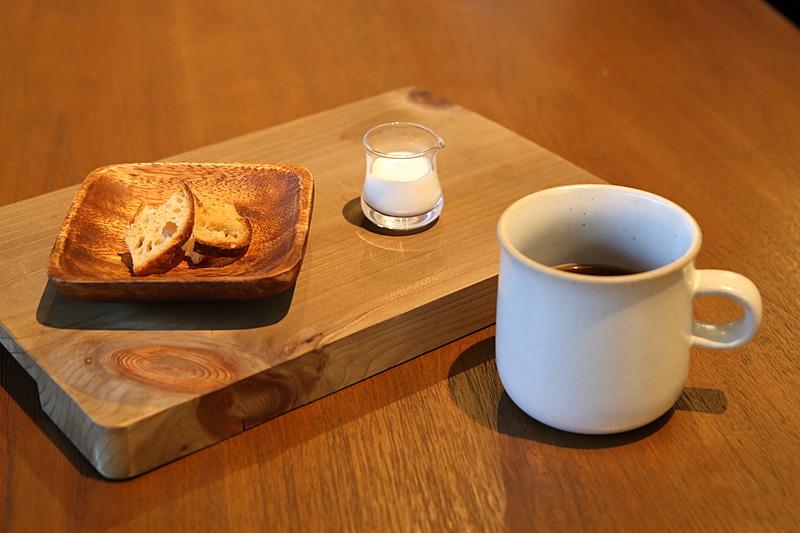 チェックイン時には淹れたてのコーヒーとレストランのパンを使った自家製ラスクで一息