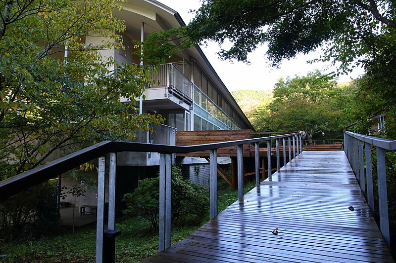 富士箱根伊豆国立公園の特別地域として保護され続けた自然のなかに立地する「NEST INN HAKONE 俵石閣」