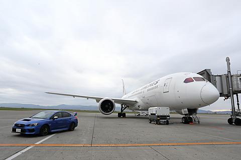 「SUBARUテックツアー ボーイング787『中央翼』体感フライト」実施、JAL運航の787-8型機で旭川~成田に乗ってみた スバルは10月20日、「SUBARUテックツアー ボーイング787『中央翼』体感フライト」を実施した。写真は旭川空港に駐機している様子