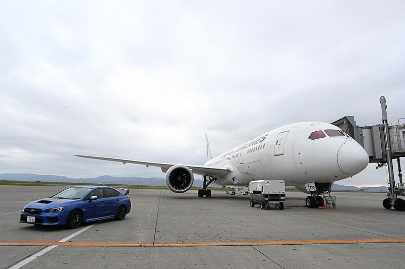 スバルは10月20日、「SUBARUテックツアー ボーイング787『中央翼』体感フライト」を実施した。写真は旭川空港に駐機している様子