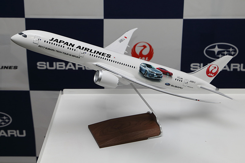 記念撮影に登場したモデルプレーンはボーイング 787-9型機