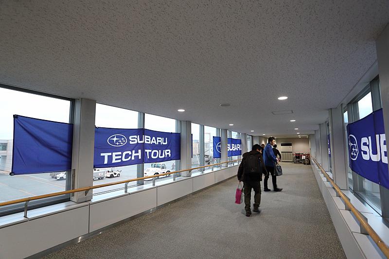 東神楽町のマスコットキャラクター「かぐらっき~」がお見送りをするなかボーイング 787-8型機へ搭乗