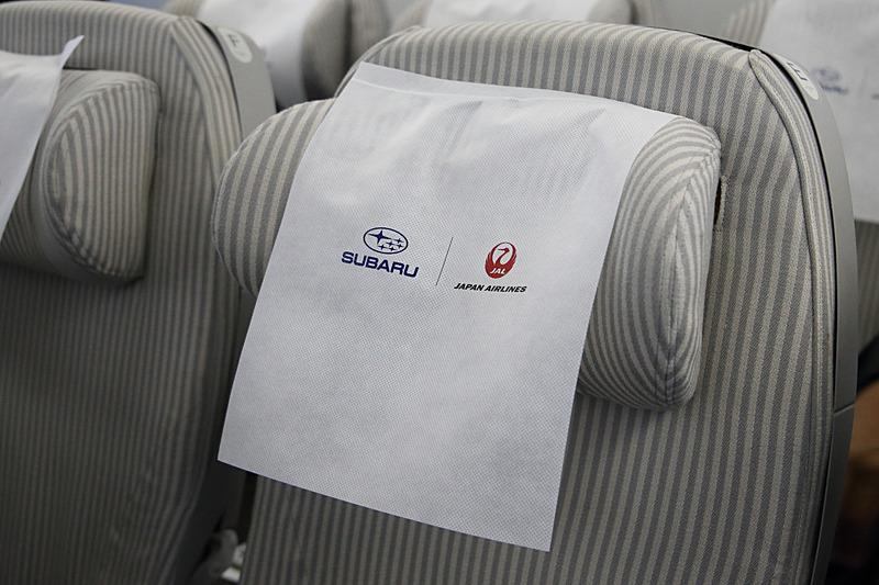 各シートにはスバルとJALのロゴがデザインされたヘッドレストカバーが用意されていた