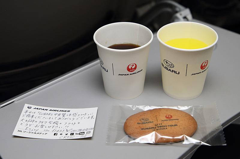 乗客にはこのチャーターフライトのために用意された紙コップを使ってドリンクを提供。手書きのメッセージカードやクッキーなども配られた