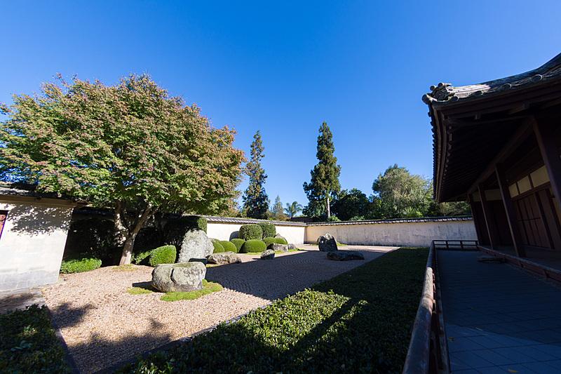 池の水面への反射なども考えられて作られているという本格的な日本庭園。枯山水も見事なもの
