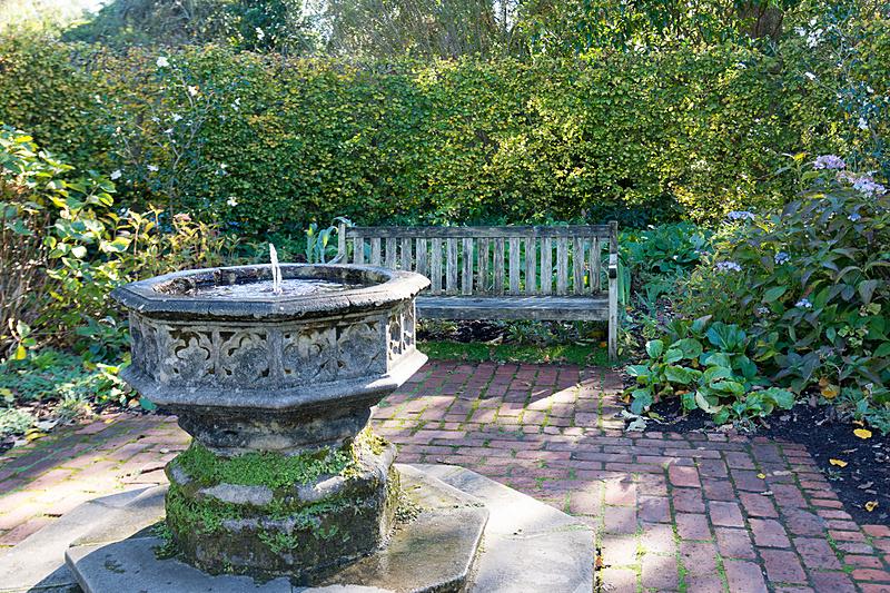イギリス庭園は、産業革命後の19世紀にヴィクトリア朝時代への回帰を叫んだアーツ・アンド・クラフト(Arts and Crafts)運動に着想を得たもの