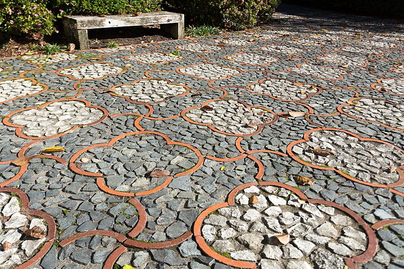 かなりの広さがある中国庭園。赤い橋はニュージーランドと中国の友好の架け橋をイメージしているという。また、桜の花びらをイメージした床の石畳は1カ所だけ石の色を変えて「人間の不完全さ」を演出しているそうだ