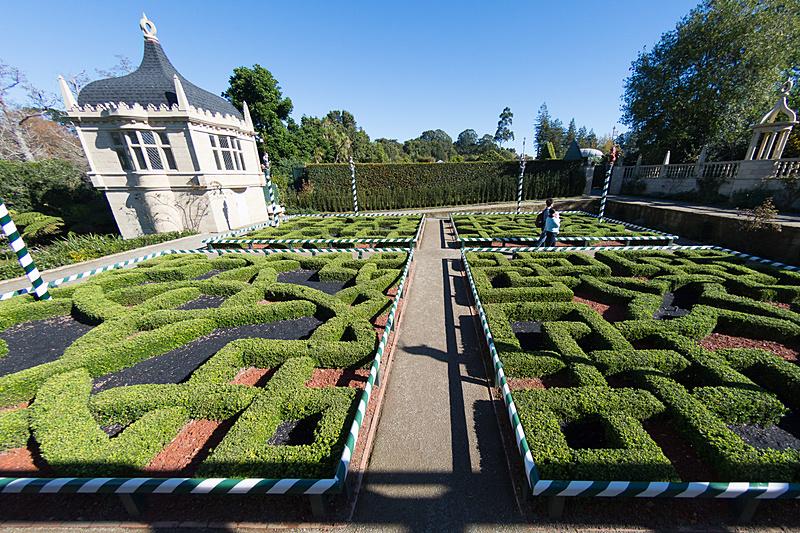 幾何学的な模様が特徴的な、16世紀イギリスのテューダー朝時代をイメージした庭園