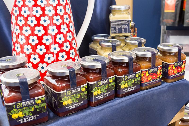インフォメーションセンターに併設しているショップでは、ハミルトン・ガーデンズで採れたハチミツや、野菜のペーストなどを販売している